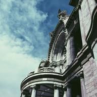 Palacio y nubes