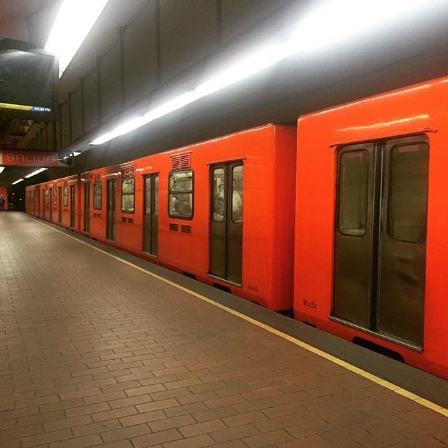 Un clásico de la #cdmx.jpg.jpg.jpg El #Metro o también conocido como la limusina naranja