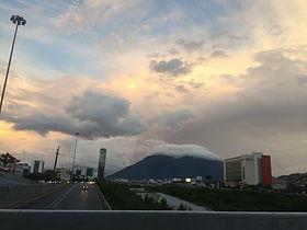 Monterrey amaneciendo con el cerro de la silla entre nubes