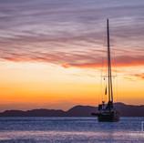 Un velero en el amanecer