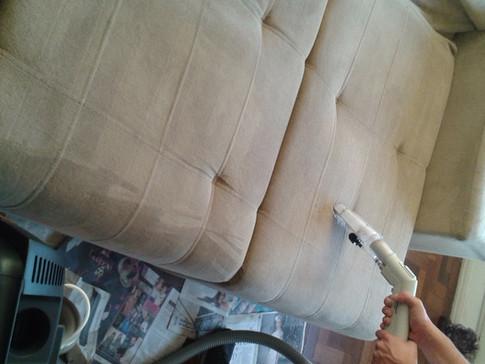 Por que higienizar o sofá periodicamente?