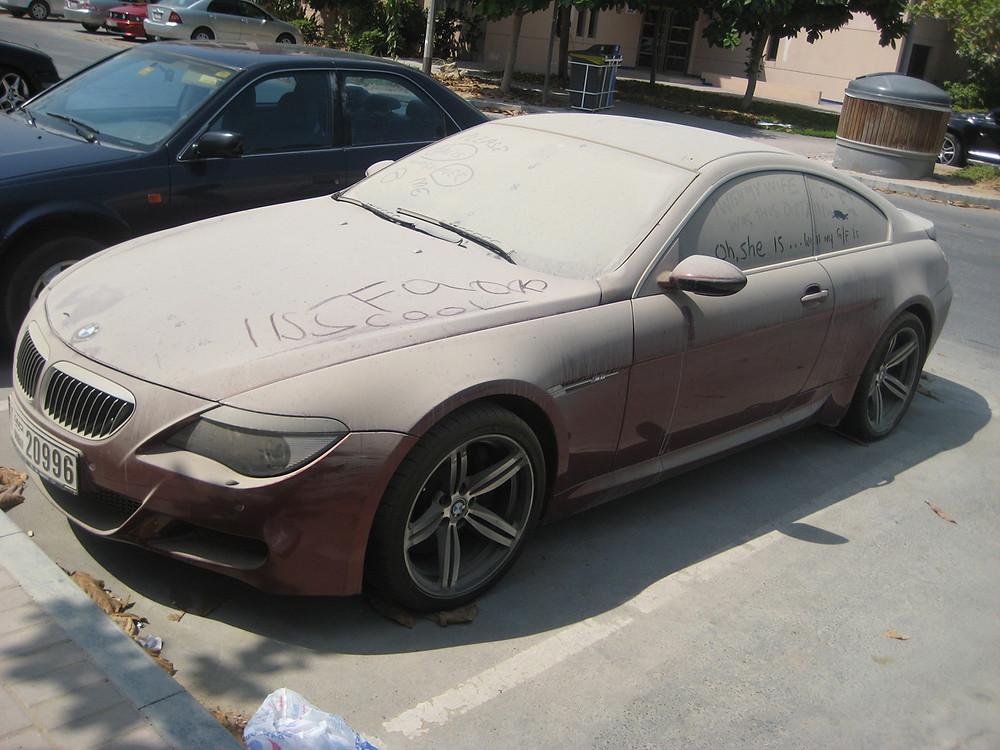 carro muito sujo