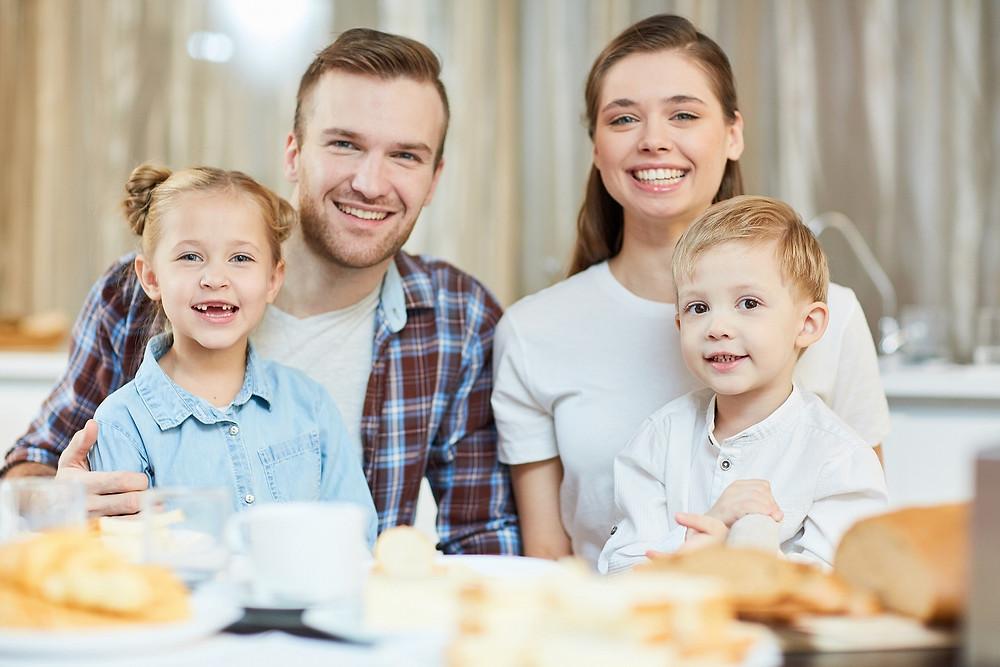 ארוחת הערב המשפחתית היא הזדמנות להשתמש בחידות המתאימות לילדים!