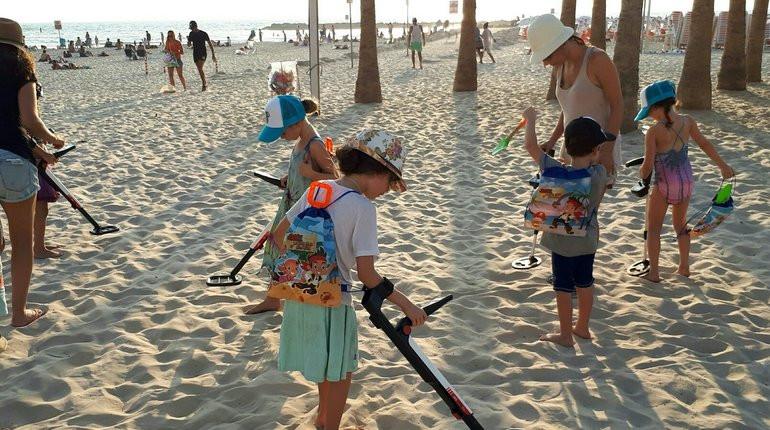 גילוי אוצרות גלאי מתכות חפש את המטמון בחוף הים play with lilach
