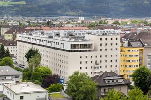 """""""Über den Dächern von Innsbruck"""" – Innovative Bestandssanierung und Aufstockung / Tirol"""