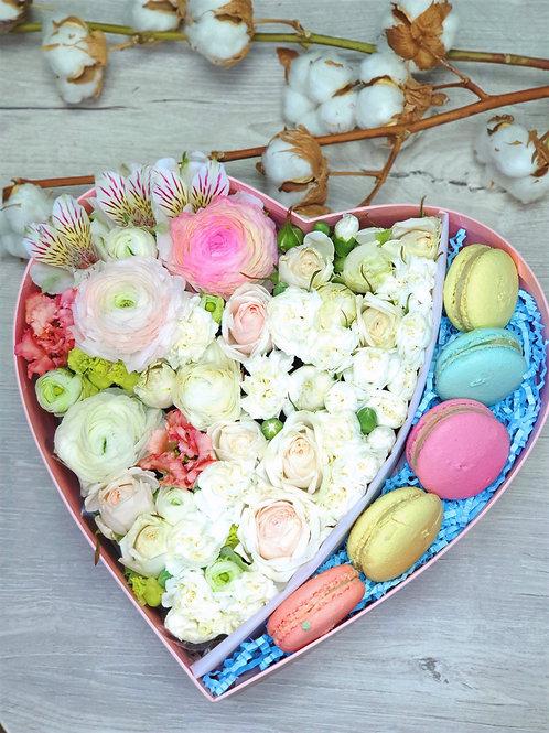 Цветы в коробке с макарунсами №8