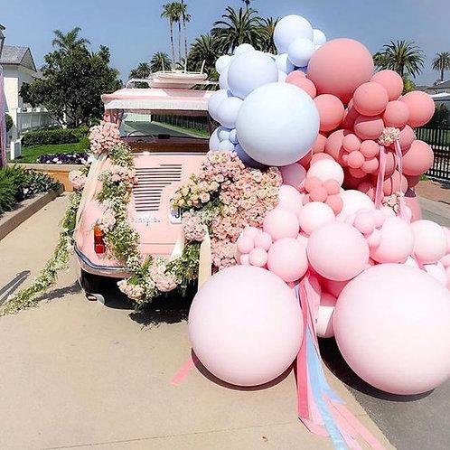 Инсталяция оформленная шарами и цветами