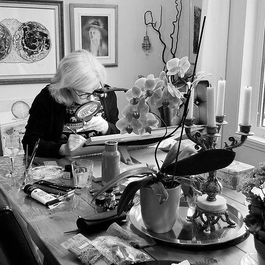 Johanne Labbé en pleine création artistique