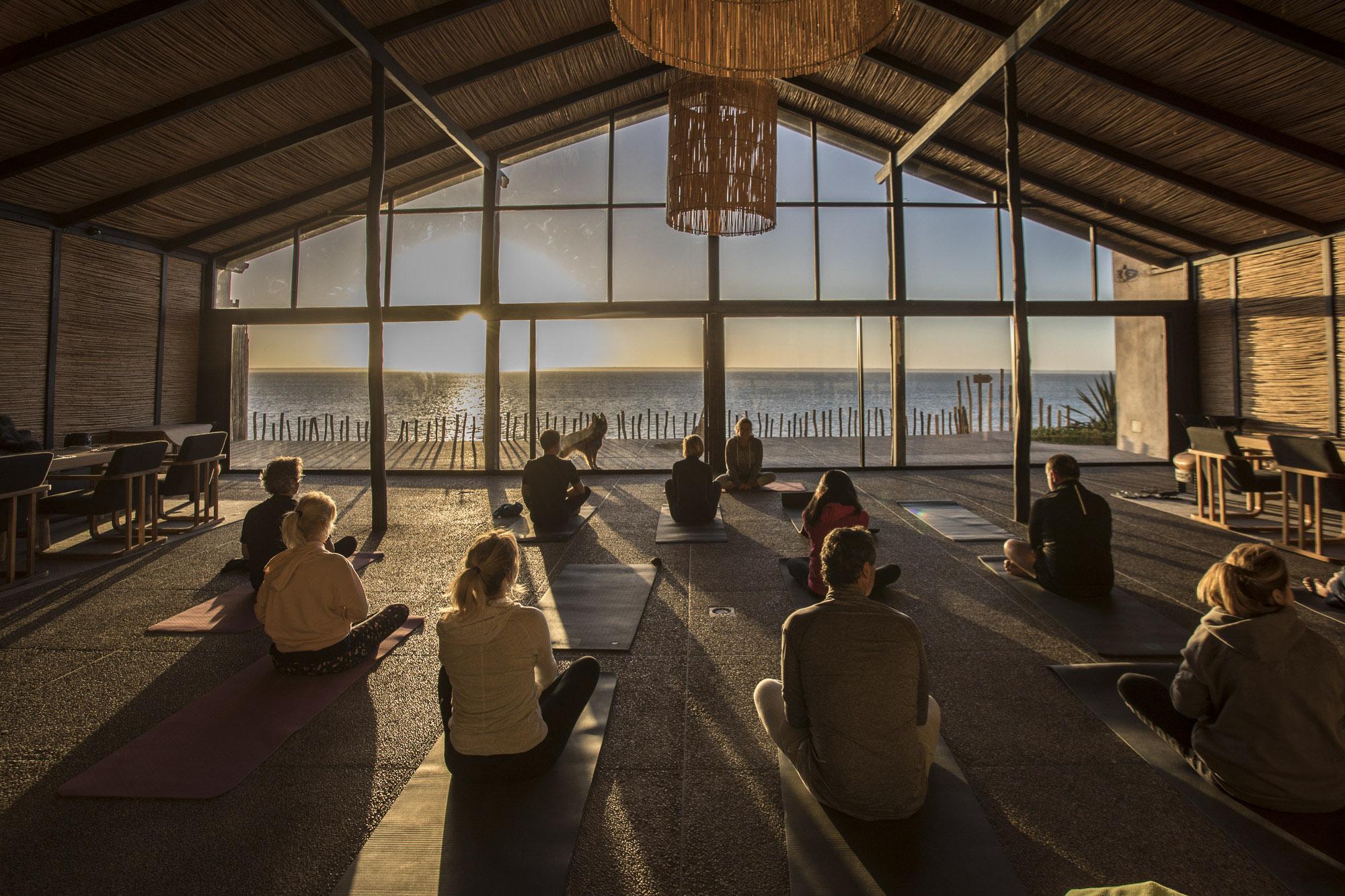 Le Palais Rhoul Dakhla | hotel spa | Yoga au coucher de soleil