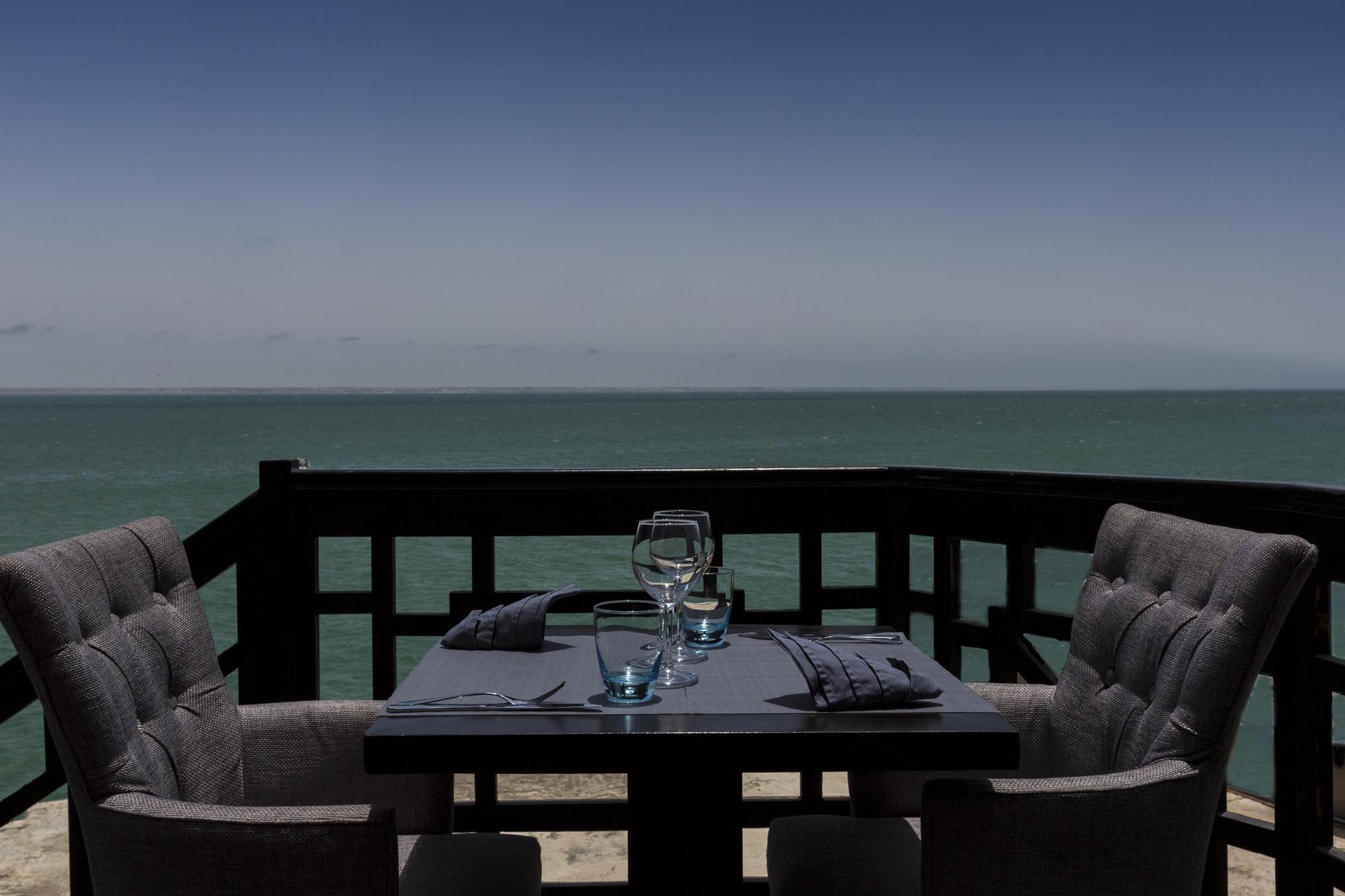 Le Palais Rhoul Dakhla | hotel spa | table vue sur l'eau