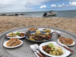 Le Palais Rhoul Dakhla | hotel spa | déjeuner improvisé sur une plage