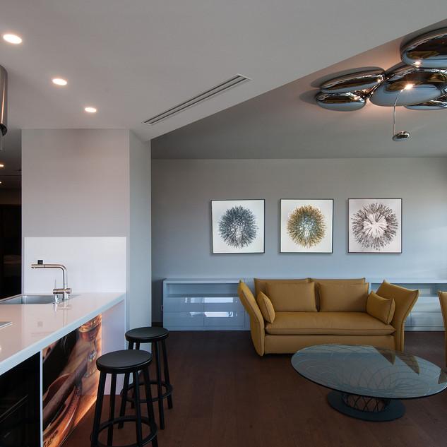 C/ interiér s výtvarnými fotografiami, ktoré sú doplnkom
