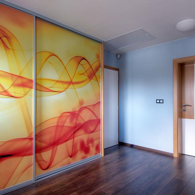 ... rovnaký abstraktný motív fotografie je aj na posuvných dverách šatníka v schodiskovej hale rodinného domu
