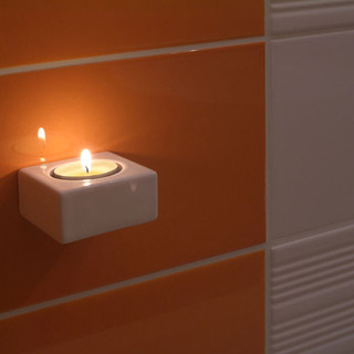 svietnik na magnet v obkladačke je pekným detailom jednoduchej kúpeľne