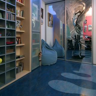zrkadlo v posuvných dverách šatníka opticky zväčšuje priestor izby študentky baletu, čo okrem kresby na zrkadle vyjadruje aj motív na podlahe
