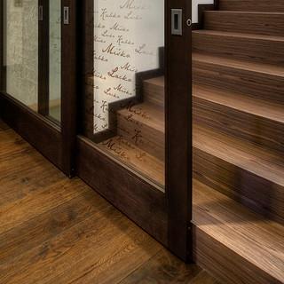 detail riešenia posuvných dverí, ktoré majú uzatvárať priestor schodov