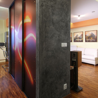 abstraktná fotografia na posuvných dverách šatníka, ktorý je deliacou stenou priestorov