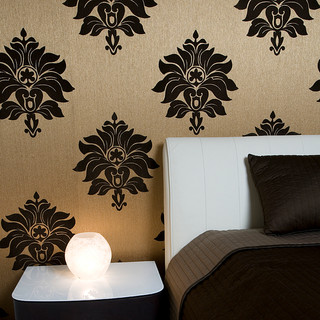 dekoračná tapeta  na stene za posteľou zútulňuje priestor spálne a dáva priestoru štýl