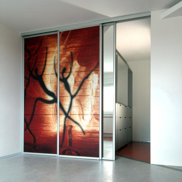 výtvarná fotografia na posuvných dverách do šatníka bytu