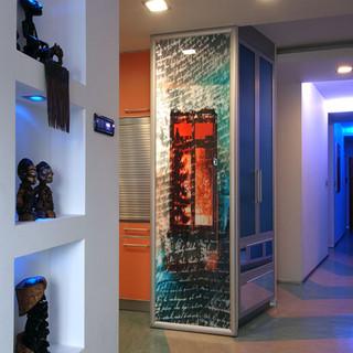 podsvietená výtvarná fotografia tvorí bočnú stenu úložných skriniek kuchyne