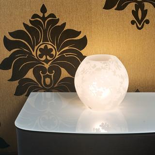 detail harmónie tvarov dekoračnej tapety, svietidla a dizajnu nočného stolíka