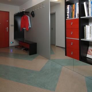 veľkoplošné zrkadlo, ktoré je  po zem a bez soklovej lišty, opticky rozširuje priestor vstupnej chodby a vytvára opakovaný vzor v podlahe z Marmolea