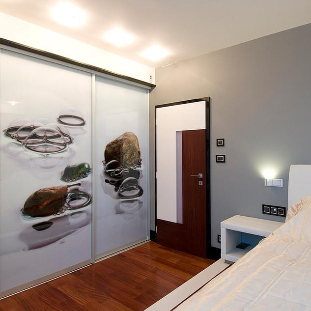 veľkoplošná výtvarná fotografia v rámoch posuvných dverí šatníka spálne