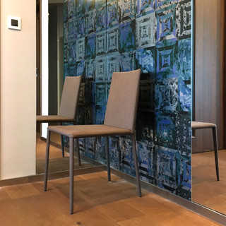 dekoračná tapeta značky CASAMANCE, spolu so zrkadlami zatraktívňuje vstupný priestor bytu - je dôležitá pre prvý dojem pri vstupe