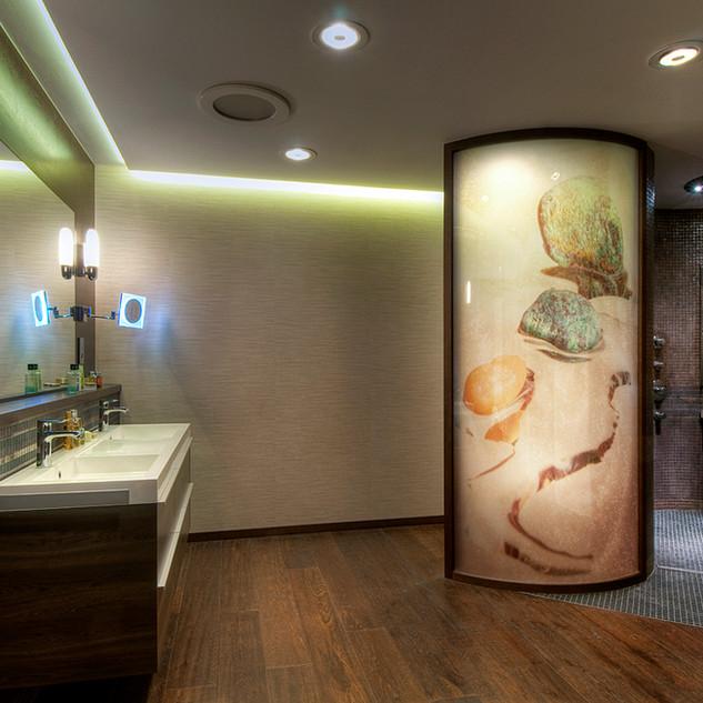 obojstranná fotografia v oblúkovej deliacej stene v kúpeľni rodinného domu