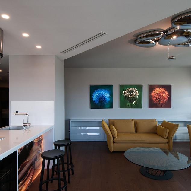 B/ interiér s výtvarnými fotografiami, ktoré sú akcentom