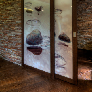 obojstranná fotografia medzi sklami posuvných dverí zo spálne do kúpeľne rodinného domu