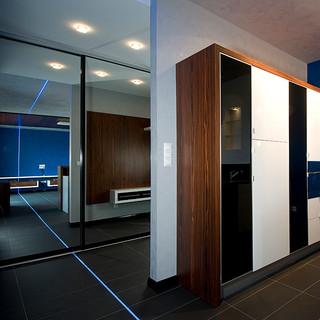 zrkadlo na posuvných dverách šatníka opticky zväčšuje priestor, čo ešte zvýrazňuje LED pás v podlahe a strope