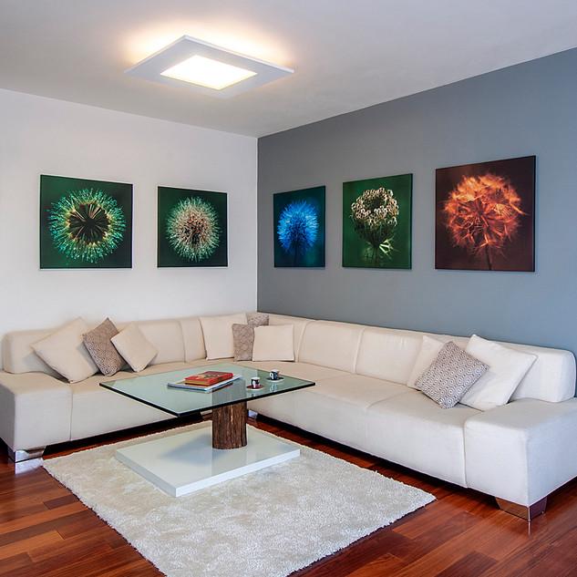 interiér obývacej izby s výtvarnými fotografiami, ktoré sú akcentom riešenia