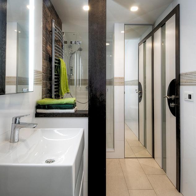 za zrkadlom v kúpeľni, ktoré je v ráme a na pántoch, je úložný priestor