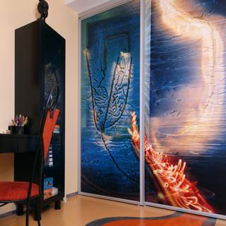 výtvarná fotografia na posuvných dverách do šatníka študentskej izby - motív fotografie nadväzuje na farebné riešenie podlahy z Marmolea