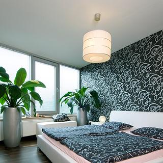 dekoračná tapeta  na stene za postelou zútulňuje priestor spálne