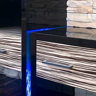 detail riešenia delenia atypických častí nábytku vrstveným sklom s LED podsvietením