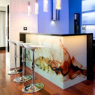 abstraktná fotografia pod sklom barového pultu, ktorý je centrom obytného priestoru bytu