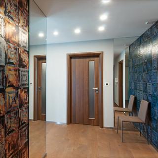 dekoračné tapety značky CASAMANCE, spolu so zrkadlami zatraktívňujú vstupný priestor bytu - sú dôležité pre prvý dojem pri vstupe