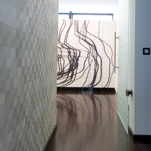 abstraktná veľkoplošná fotografia vo vstupnej chodbe rodinného domu je tlačená na dvere radu skríň