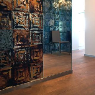 dekoračná tapeta značky CASAMANCE, spolu so zrkadlom zatraktívňuje vstupný priestor bytu - je dôležitá pre prvý dojem pri vstupe