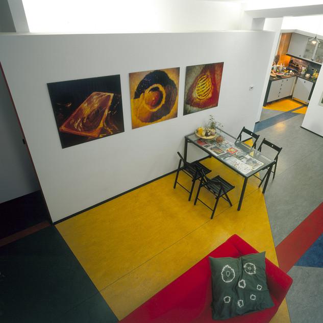 skupiny výtvarných fotografií na stenách interiéru rodinného domu