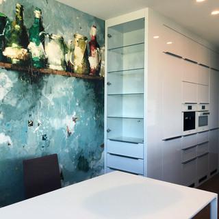 dekoračná tapeta značky CASAMANCE zvýrazňuje a vymedzuje priestor jedálenského kúta - oddeľuje ho opticky od kuchyne