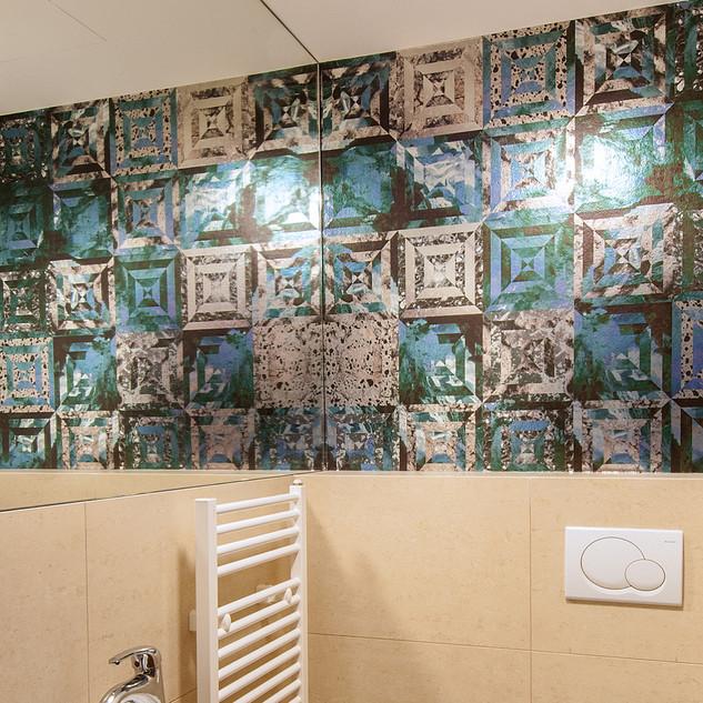 zrkadlo na bočnej stene WC,  spolu s dekoračnou tapetou,  opticky zväčší priestor a robí ho originálnym