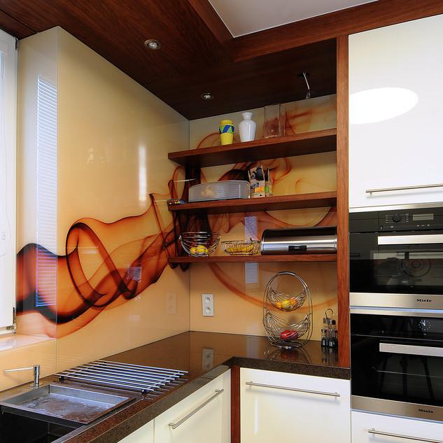 abstraktná fotografia tlačená zo zadnej strany skla ako obklad za kuchynskou linkou