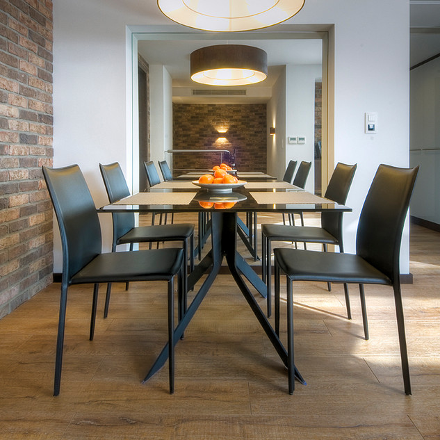 veľkoplošné zrkadlo v nike vytvára dojem väčšieho, otvoreného priestoru a znásobuje jedálenský stôl a počet stoličiek