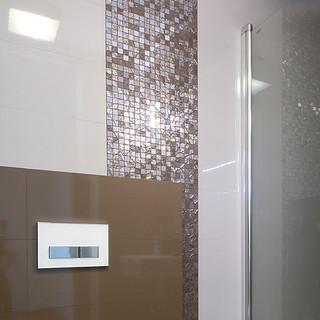 detail spájania troch druhov obkladov v kúpeľni