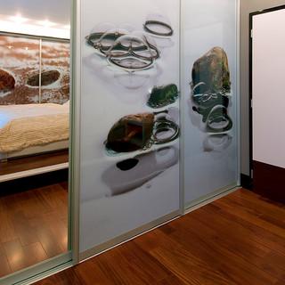 zrkadlo na posuvných dverách šatníka dostáva fotografiu opticky do priestoru