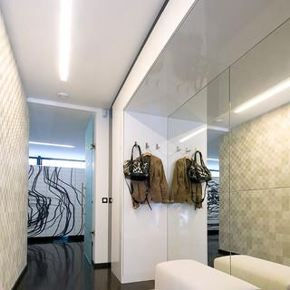 veľkoplošné zrkadlo vo vstupnom priestore rodinného domu opticky zväčšuje priestor