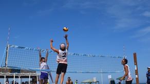 Día soleado de voley-playa en Valencia